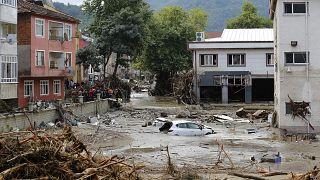 الفيضانات في كاستامونو التركية بعد أن اجتاحت السيول الخاطفة العديد من مناطق البحر الأسود.