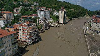 Kastamonu'nun Bozkurt ilçesinde sel nedeniyle yıkılan apartmanda arama kurtarma çalışmaları devam ediyor