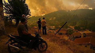 Helyiek nézik a tüzet Évia szigetén Athéntól mintegy 185 kilométerre