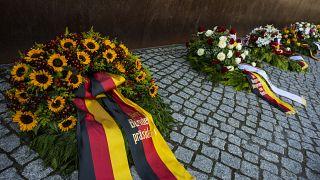 Цветы у мемориала в память о жертвах разделения Германии