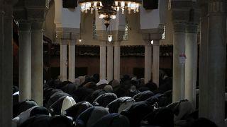 گروهی از مسلمانان در حال خواندن نماز پیش از افطار در ماه رمضان