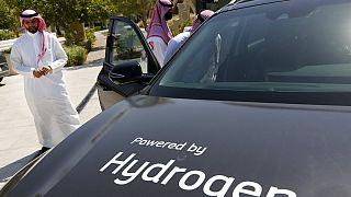 سعوديون يشاهدون سيارة تعمل بالهيدروجين خلال تجربة قيادة نظمتها أرامكو، 27 حزيران /  يونيو 2021