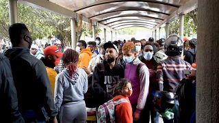 Grupo de personas migrantes bloqueadas en la estación de buses de Pasto, Nariño, Colombia.