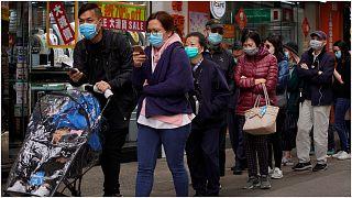 مواطنون في هونغ كونغ يصطفّون في طابور للحصول مجاناً على كمامات وجه للحماية من فيروس كورونا