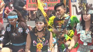 Un grupo de indígenas mexicanos realizan rituales para honrar los 500 años de resistencia de los mexicas.