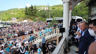 Erdoğan, Kastamonu'nun Bozkurt ilçesindeki Yeni Camii önünde vatandaşlara hitap etti.