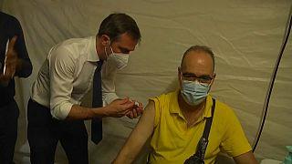 Olivier Véran injecte une dose pour inciter la population à se faire vacciner