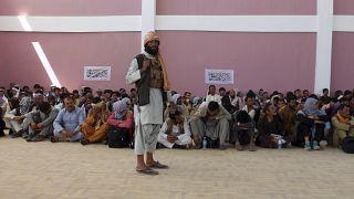 Sokáig ez lesz a tipikus kép - egy szál tálib harcos őrzi az elfogott afgán biztonsági személyzetet Ghazni városban - 2021 augusztus 13-án