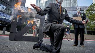 """""""Stoppt die Finanzierung von Klimakillern"""" - Protest vor der EZB"""