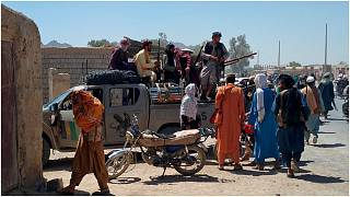 مقاتلو طالبان يقومون بدورية  داخل مدينة فراه عاصمة إقليم فراه جنوب غرب أفغانستان