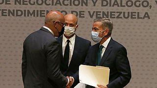 Jorge Rodríguez y Gerardo Blyde se dan la mano en México