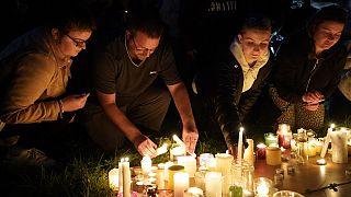 Vigília em Pymouth pelas vítimas do tiroteio