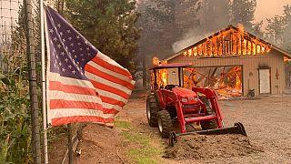 Una casa in fiamme a Taylorsville, nella California del Nord.