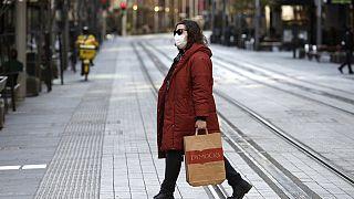 Una mujer atraviesa una calle de Sídney, Australia