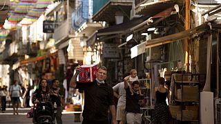 Straßenszene in Jerusalem am gestrigen Freitag. Nicht alle Menschen tragen Masken