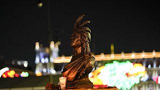 La statua di Cuauhtemoc nelle luci dello Zocalo.