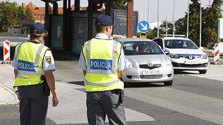 Szlovén rendőrök a Rédics-Lendva határállomás szlovén oldalán (archív fotó)