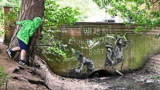 งานศิลปะกราฟฟิตี้ที่มีตราสัญลักษณ์ของ Banksy ศิลปินข้างถนนบนผนังสะพานใน Everitt Park ใน Lowestoft บนชายฝั่งตะวันออกของอังกฤษ