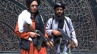 تصاویری از حضور نیروهای طالبان در شهر هرات و برافراشتن پرچمهایشان