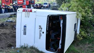Szabadbattyán, 2021. augusztus 15. Tűzoltók az M7-es autópálya mellett Szabadbattyán közelében, ahol árokba borult egy autóbusz 2021. augusztus 15-én hajnalban.