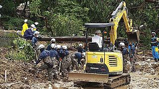 Eltűnteket keresnek a heves esőzések után Japán déli részén