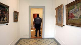 ضابط شرطة يقف في متحف مؤسسة بوهرلي في زيورخ - 12 فبراير 2008