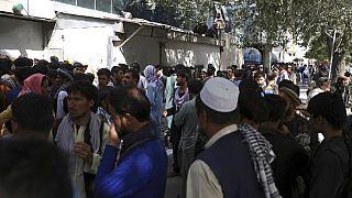 Afganos se agolpan ante los bancos de Kabul para tratar de retirar sus ahorros en los cajeros automáticos