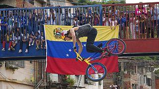 Daniel Dhers durante su exhibición de BMX Freestyle en la Cota 905 de Caracas