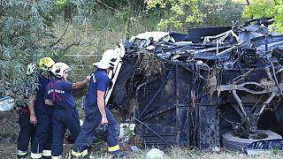 Durch die Wucht des Aufpralls gegen einen Pfeiler wurde der Reisebus zerstört