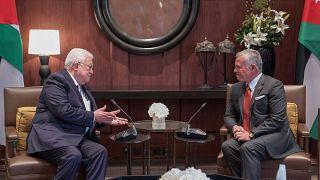 العاهل الأردني الملك عبد الله الثاني خلال استقباله في عمان الأحد الرئيس الفلسطيني محمود عباس