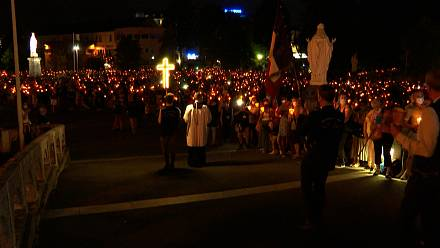 Lourdes: more than 9,000 people gather for torchlight procession
