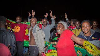 Hichilemas Getreue feiern