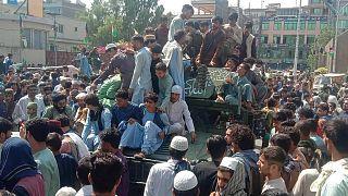 مقاتلو طالبان والسكان المحليون في أحد شوارع محافظة جلال آباد، أفغانستان، 15 أغسطس 2021
