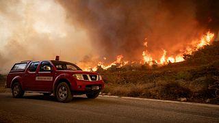 تهرع فرق الإنقاذ إلى مكان الحرائق التي تجتاح الغابات في منطقة شفشاون في شمال المغرب، 15 أغسطس 2021