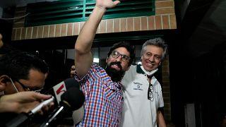 El líder opositor Freddy Guevara saluda mientras llega a su residencia tras ser liberado en Caracas, Venezuela, el 15 de agosto de 2021.