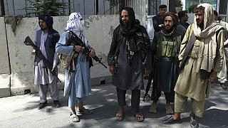 Tálib fegyveresek Kabulban, az elnöki palota főbejáratának közelében 2021. augusztus 16-án
