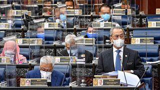 رئيس الوزراء محي الدين ياسين وهو يلقي خطابه خلال جلسة خاصة لمجلس النواب في البرلمان في كوالالمبور، ماليزيا، 26 يوليو 2021