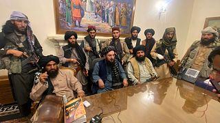 Combattants talibans après leur prise de contrôle du palais présidentiel à Kaboul, le 15 août 2021