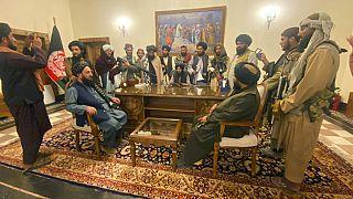 Combatientes talibanes toman el control del palacio presidencial afgano tras la huida del presidente afgano Ashraf Ghani, de Kabul, Afganistán, el 15 de agosto de 2021