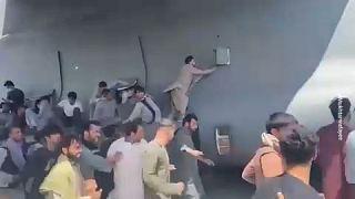 Χάος στο αεροδρόμιο της Καμπούλ - Εκατοντάδες Αφγανοί προσπαθούν να φύγουν από τη χώρα