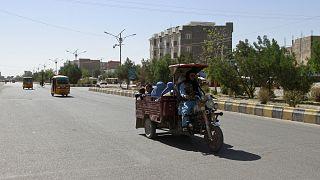 Un gruppo di afghani a bordo di un motocarro