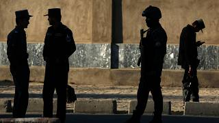 الشرطة الأفغانية تقف في موقع هجوم انتحاري بالقرب من وزارة الدفاع في كابول، أفغانستان