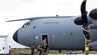 Des militaires français embarquent à bors d'un avion de transport pour évacuer des ressortissants français en Afghanistan, le 13/08/2021, Orléans, France