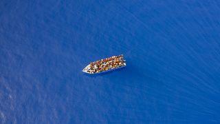 Дрейфующая лодка с мигрантами из Туниса