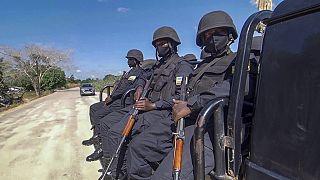 Policías ruandeses patrullan cerca del hotel Amarula Palma en Palma, provincia de Cabo Delgado