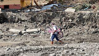 Sel felaketinin yaşandığı Kastamonu'nun Bozkurt ilçesinde afetzedeler, sağlam kalan ancak girişleri su ve çamurla dolan apartmanlara girerek eşyalarını tahliye etti.