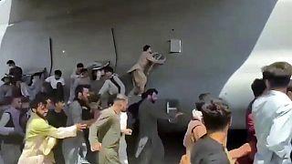 Am Flughafen Kabul: Verzweifelte Menschen klammern sich an eine US-Flugzeug