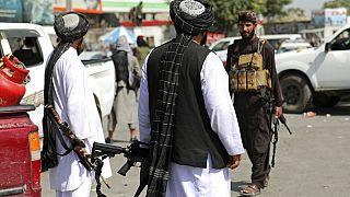 Combatientes talibanes frente al aeropuerto de Kabul
