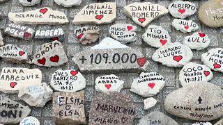 Имена жертв написаны на камнях