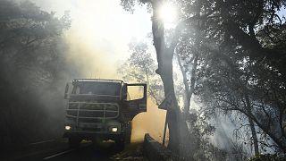 Véhicule de pompiers déployé sur le commune de Gonfaron, dans le département du Var, pour lutter contre un feu qui fait rage dans cette région du sud de la France, le 17 août